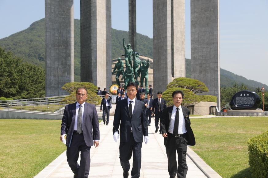 공단 이사장(중앙)과 이정희 안전혁신본부장(좌), 권종구 중앙공원사업소장이 충혼탑 참배후 걸어나오고 있다